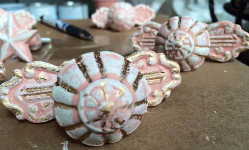 desk pink knobs